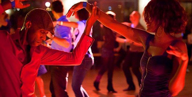 10. Salsa yapmayı öğrenmek için herhangi bir bara ya da kulübe gidebilirsiniz. Her şarkıda tanımadığınız partnerlerle dans edebilirsiniz.