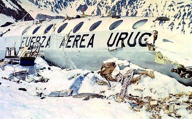 Rakımı 4000 metreden yüksek dağların üzerinden geçmesine rağmen alçak seyreden uçak, Şili - Arjantin sınırı yakınlarında o zamanlar isimsiz olan daha sonra Gözyaşları Buzulu olarak anılacak zirveye çarparak sağ kanadını kaybetti.