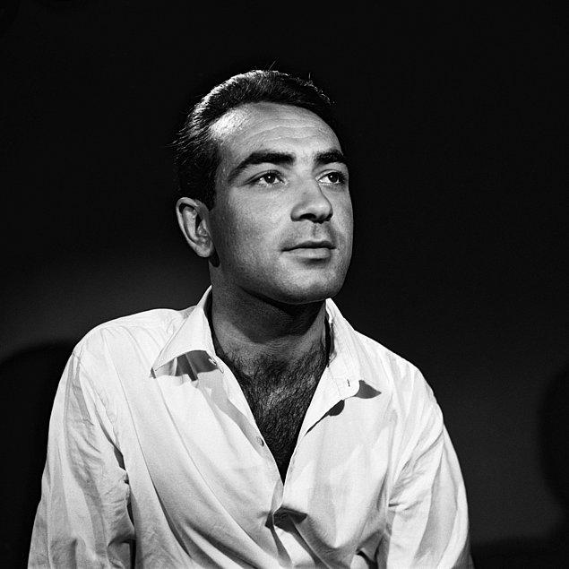 1955 yılında Haldun Dormen, genç bir yönetmen olarak Amerika'dan geldiğinde onunla tanıştı. Ve ilk olarak Papaz Kaçtı oyununda Humprey adlı bir rahibi canlandırarak profesyonelliğe adımını attı.