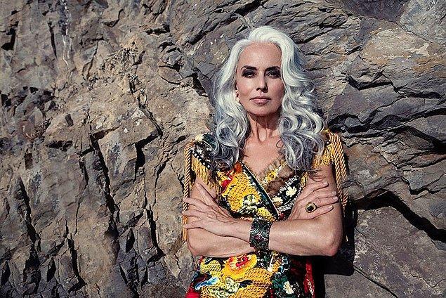 По прошествии лет Ясмина стала нравиться людям все больше, и этим она обязана тому, что находится в мире со своим возрастом, совершенно не стесняясь себя и прожитых лет.