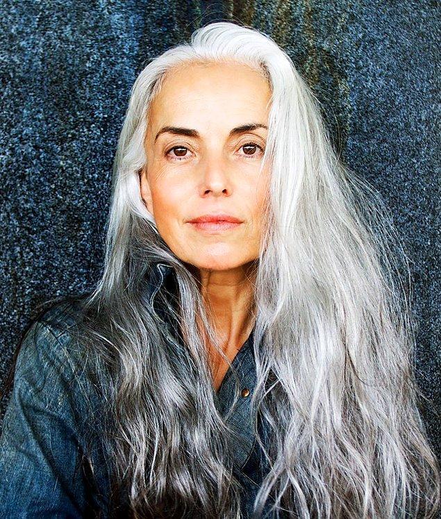 Она не красит волосы и не скрывает, что ей уже 59.