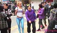 Девушка гуляет в Гонконге без штанов