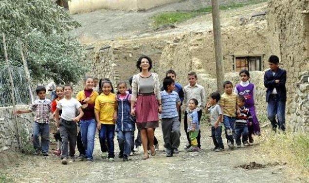 """5. Bazen de """"Okul dört duvar değildir efendiler."""" diyen Mahmut Hoca gibi, eğitimi bir çatı altından çok daha ötelere taşıyabilmektir."""
