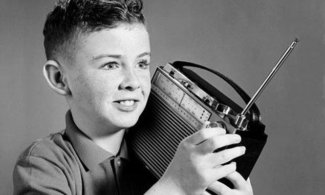 5. En çok sevdiğin şarkı radyoda çıkınca da içini tarifi mümkün olmayan bir heyecan kaplar.