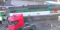 Поезд, полный пассажиров, разрезал грузовик пополам
