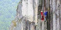 Фотограф снимает людей на обрыве на высоте 100 метров