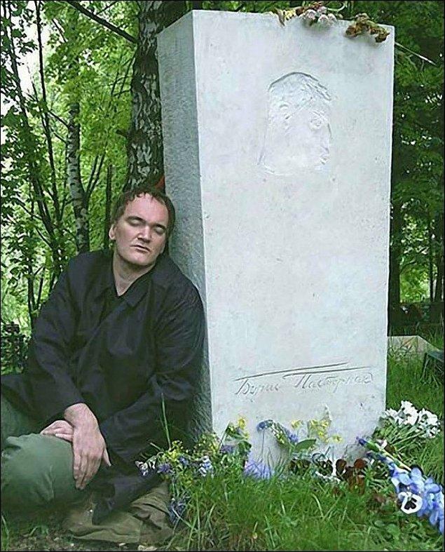 2. Quentin Tarantino 2004 yılında çocukluk kahramanı Boris Pasternak'ın mezarında.