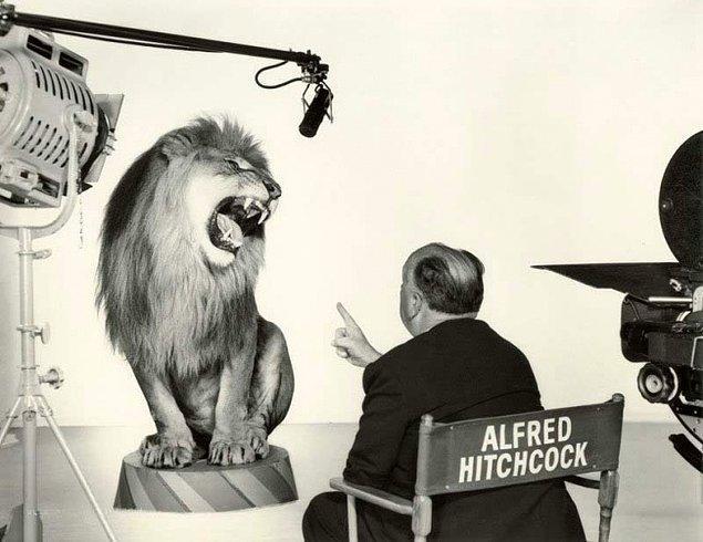 5. Alfred Hitchcock 1958'te Metro-Goldwyn-Mayer şirketinin tanıtımında yer alan meşhur aslanla çekim yaparken.