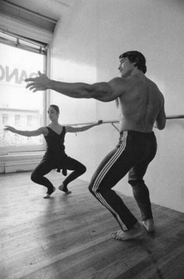 10. Arnold Schwarzenegger bale antrenmanında.