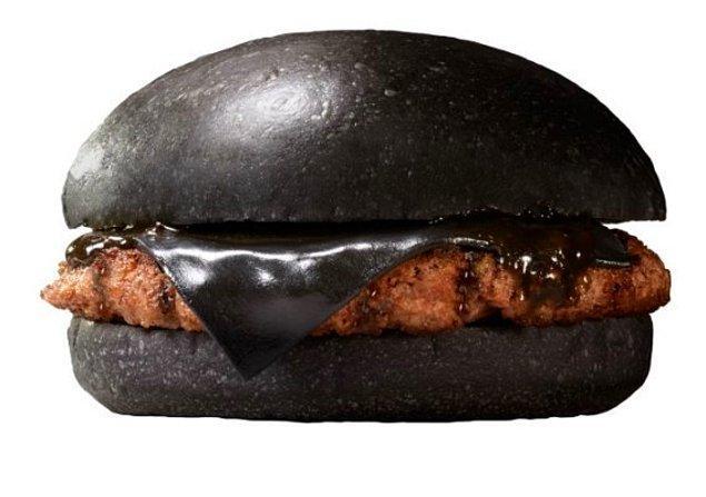 6. Burger sevenlerdenseniz size bir hayli farklı bir çeşidini sunalım: ''Kuro Pearl'' yani bambu kömürü ile ekmeği ve siyah kalamar sosuyla kısaca mürekkeple eti şenlenen burger. Evet mürekkep.