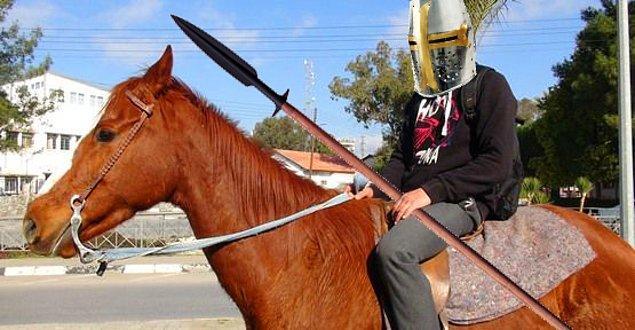 Karahüseyin de, tıpkı atının üzerinde yıllarını geçirmiş gibi kendinden emin...