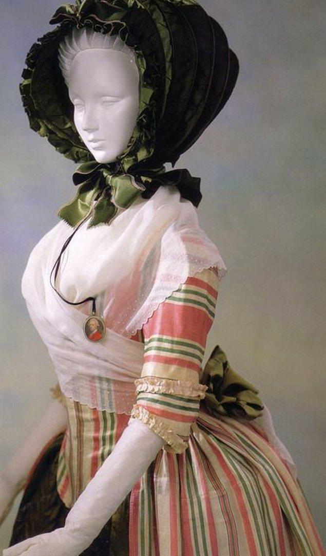 13. Bu ise o zamanın dükkanlarında vitrin mankeni sanırım, kıyafet koca ile birlikte mi veriliyor ki?