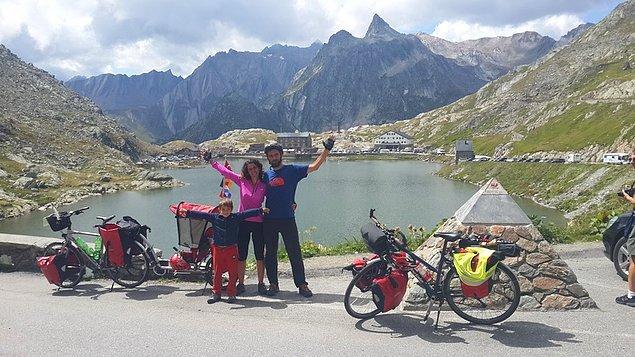 39. İsviçre - İtalya sınırında, Alp dağları üzerinde 2473 m. yükseklikteki geçide bisikletle tırmandık.