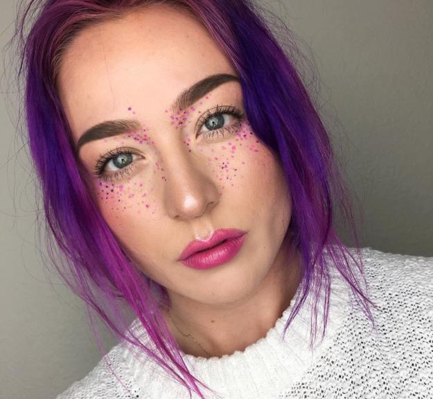 Розовые волосы и веснушки