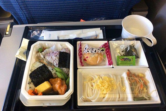 15. All Nippon Hava Yolları'nda ekonomi sınıfı yemek: