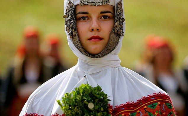 2. Rodop Dağları'nda Bulgar bir kadın gelinliği içerisinde.