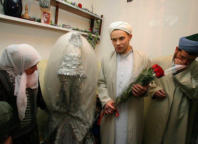 4. Tacikistanlı bir gelin geleneksel gelinliği içerisinde.