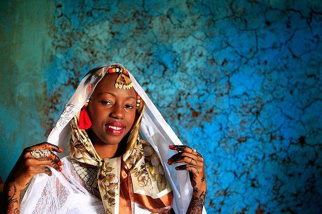 8. Başına üç kat örtü takan Nubiyalı bir gelin.