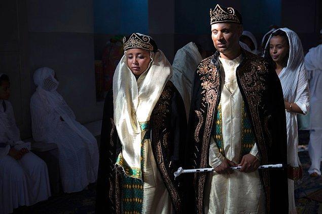 9. Başlarına geleneksel kadife taçlarından takan Eritreli çift.