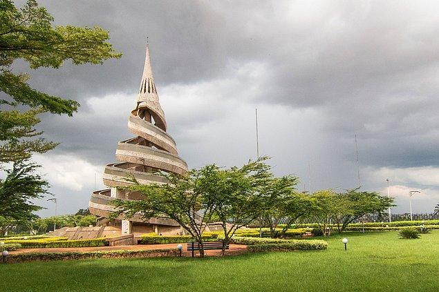 14. Başkenti Yaoundé, ancak en büyük şehri Yaoundé değil, Douala.