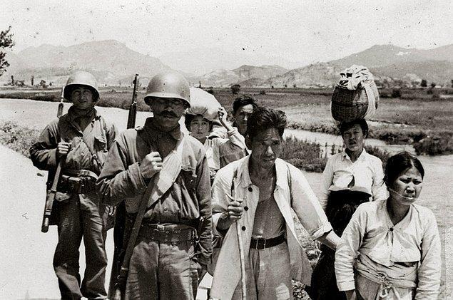 19. Kore halkına eşlik eden Türk askerleri
