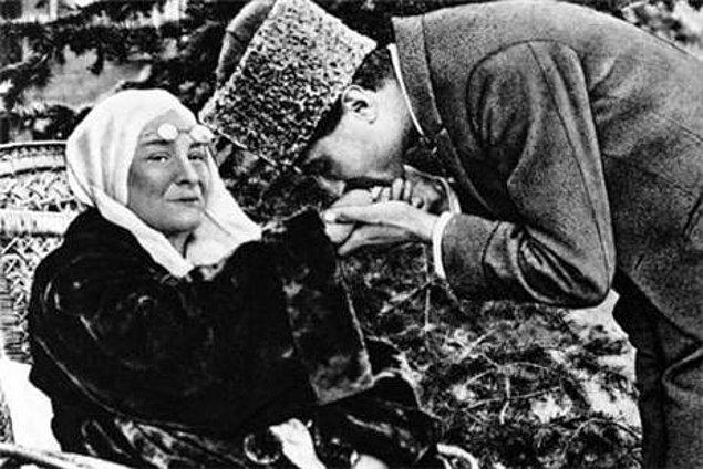 Zübeyde Hanım ise, kimsesiz bir kız olan Fikriye'yi çok sevmesine rağmen, asla oğluna layık görmüyordu.