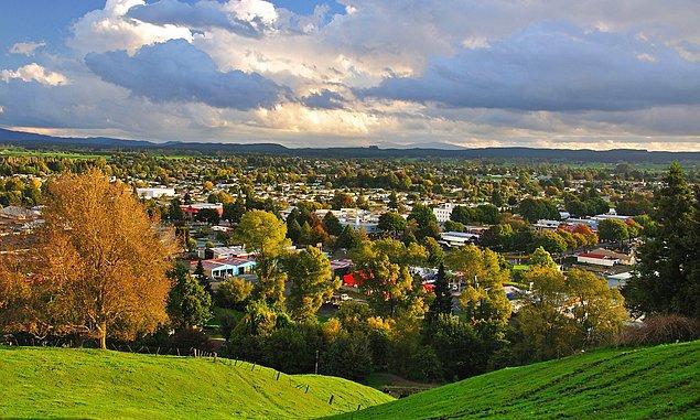 Bu görüntüdeki masal diyarlarını andıran yer Yeni Zelanda'da bulunan Tokoroa kasabası.