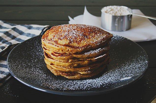 13. Bir sabah da pekmezi ekmeğe sürmek yerine pankeklerin içine ekleyin!