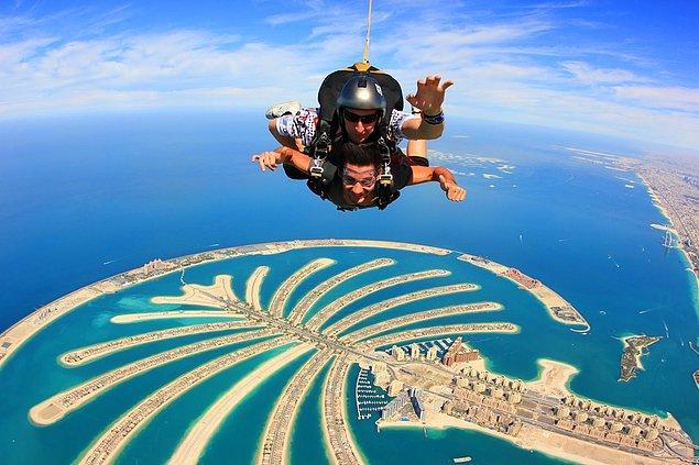 55. Dubai'de bir uçaktan paraşütle atlayın.