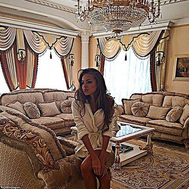 Instagram hesabına göre, lüks bir şekilde dekore edilmiş bu odada poz veren hanım kızımızın adı Kristina Filippova.