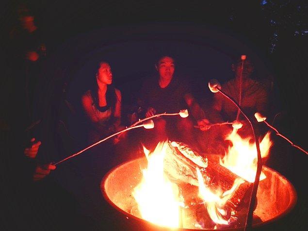 14. Arkadaşlarla toplanıp ateş başında marshmallow közlemek.