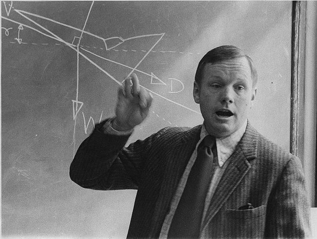 19. Ay'a ilk ayak basan insan olan Neil Armstrong, Cincinnati Üniversitesi'nde uzay mühendisliği dersi verirken, 1974.