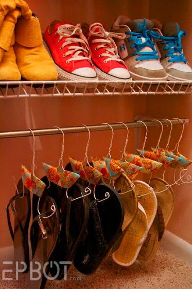 25. Ayakkabılarınız için tel kullanarak kolayca yapabileceğiniz askılarla pratik saklama çözümleri yaratabilirsiniz.