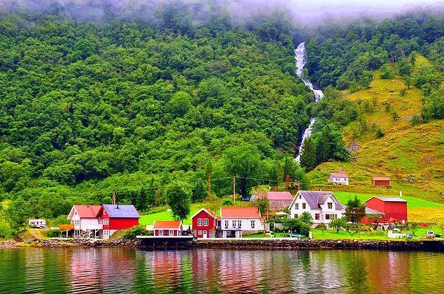 16. Norveç'te Kasım ayında vergiler %50 indirimlidir. Böylece Norveçliler Noel'e daha fazla nakit ile girmiş olurlar.