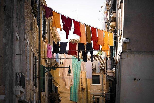 12. Evden eve rengarenk çamaşırlar asmak