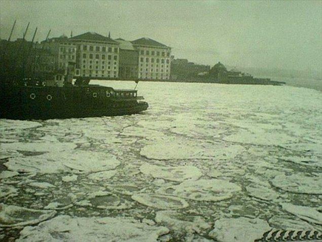 Donan Tuna Nehri'nden Karadeniz'e dökülen 500 metrekare büyüklüğünde buz parçaları Boğaz'ın girişinde birikmeye başladı.