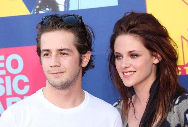 Kristen bu ihanet olayının üstüne bir açıklama yaparak, Robert'tan herkesin önünde özür diledi.