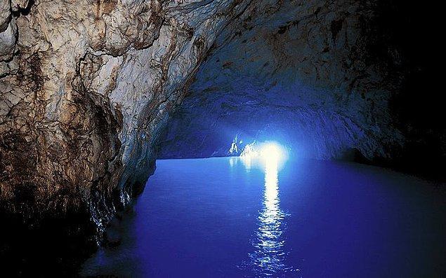 1. Grotta Azzurra yani Mavi Mağara, Güney İtalya'da Capri Adası açıklarında bir deniz mağarası.