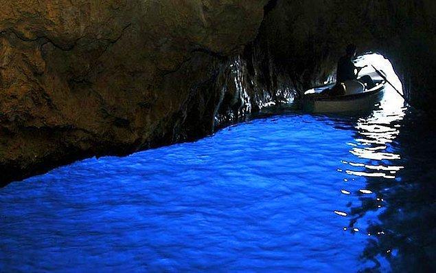 6. Mağarayı muhteşem maviliğine boyayan en etkileyici ışıklar, iyi havalarda öğlen 12 ile 2 saatleri arasında gerçekleşiyor.