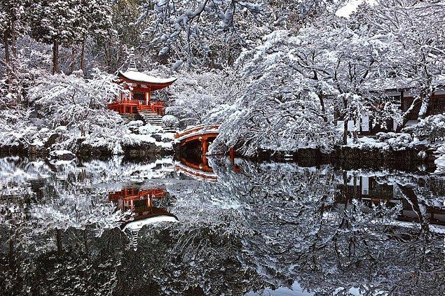 7. Kar yağışı sonrası Japonya'daki Kyoto tapınağı.