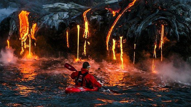 10. Hawaii'de lavlar üzerinde kayak yapan bir adam.
