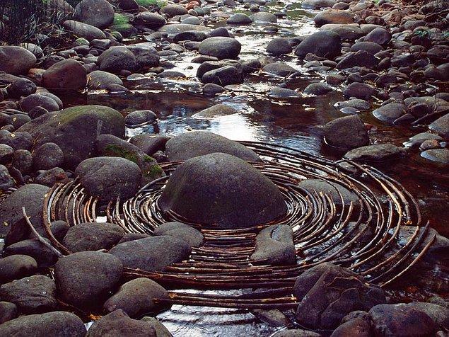 """9. """"Folkestone'dayken bir sabah erken kalktım ve sahile doğru gelmekte olan bir dalganın önündeki bir kaya parçasını gelincik yapraklarıyla kapladım."""""""