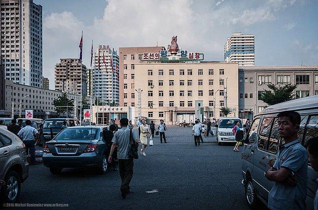 12. Pyongyang şehrine vardığımda, yanımıza bir rehber verdiler. Sadece şehri anlatmak için değil elbette. Ne zaman uyuyacağımıza ve ne zaman uyanacağımıza da karar veren bir rehber.
