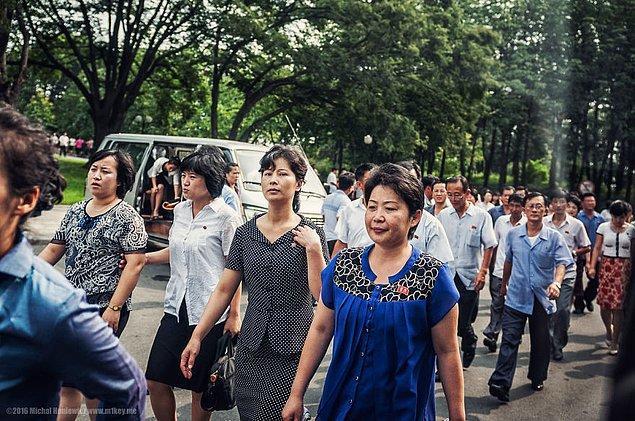 19. Pyongyang şehrinde yaşamaya hak kazanmış ayrıcalıklı bir kesim, bu ayrıcalıklarını yakalarında taşıdıkları rozetle gösteriyorlar. Elbette bu rozeti satın almak yasak.