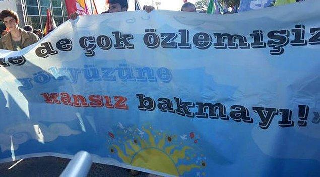 O pankartta yazanlar, 10 Ekim'de Ankara katliamında hayatını kaybeden gençlerin öldürülmeden önce taşıdıkları pankartta yazanlarla aynıydı.