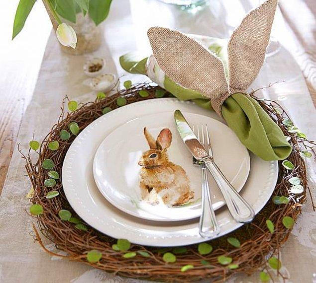 7. Tabaklarında ve servislerinde kuşlar uçuşur, tavşanlar koşar, çiçekler açar.