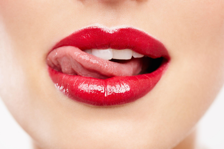фото облизывания губ