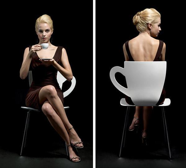 Женщина сидит на стуле скрестив ноги видео фото 627-468