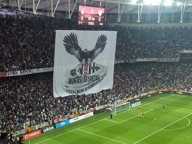 Maç öncesinde tribünlerde 'Burası Beşiktaş' yazan dev bir kartal pankartı açıldı