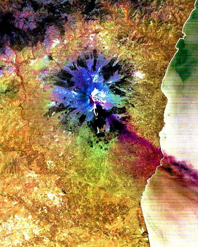 2. Bu kızılötesi görüntüde bulunan eflatun kısımlar, Etna'nın 2001 yılındaki patlaması sırasında havaya saldığı kükürt dioksiti gösteriyor.